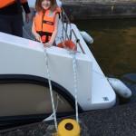 Maëlys qui tient le bateau sur le bollard de l'écluse