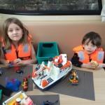 Maëlys & Nathanaël qui jouent aux playmobil entre 2 écluses